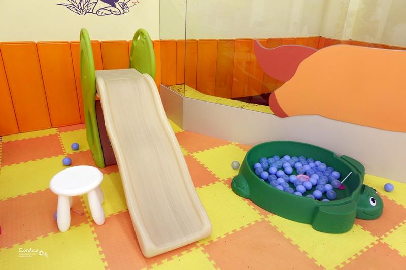 卡樂蔬食親子餐廳|有沙坑,球池,溜滑梯,好玩的台北小巨蛋親子餐廳!