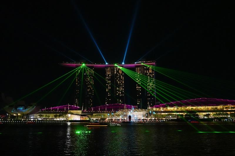 新加坡燈光秀| 魚尾獅公園欣賞金沙酒店燈光秀,免費必看夜景水舞秀!時間/地點位置攻略分享 @陳小沁の吃喝玩樂