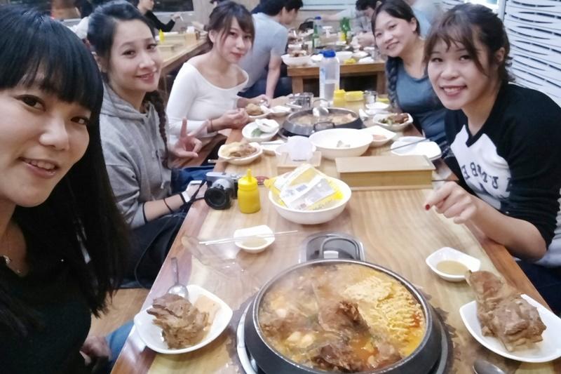 《首爾美食》二代祖馬鈴薯排骨湯,弘大美食,24小時宵夜好棒!