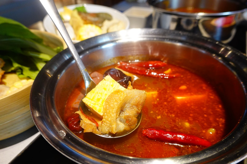 肉大人肉舖火鍋|培培豬鍋桌邊現炒,番茄培根湯底好好吃(含菜單)