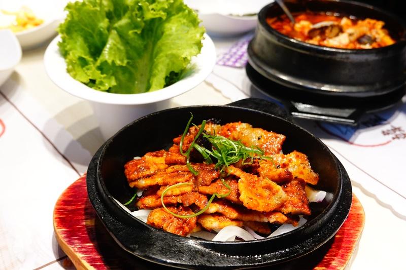 韓屋村韓定食|菜單幾乎每一項都好吃!辣烤五花肉最讚,東區韓式料理定食! @陳小沁の吃喝玩樂