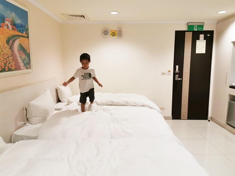 F Hotel三義館|CP值超高三義住宿,彩繪階梯旁!走路3分鐘到夜市,三義車站附近!