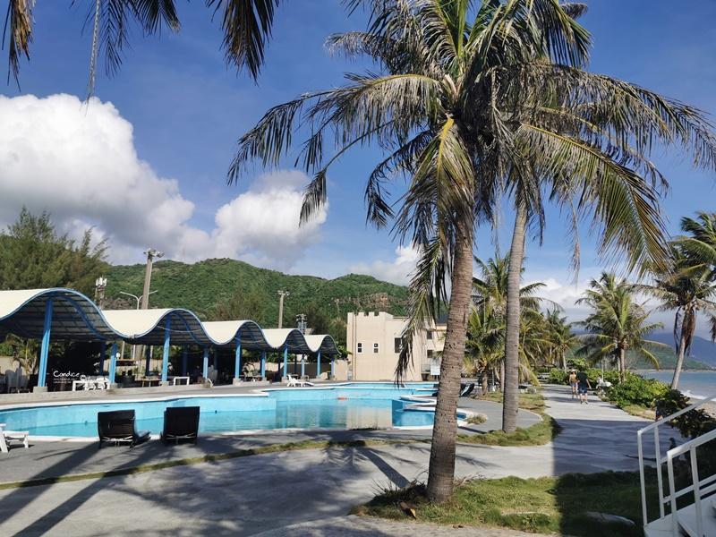 茉莉灣海景咖啡餐廳|超好拍海景,超彎椰子樹,發呆亭!墾丁網美咖啡廳!