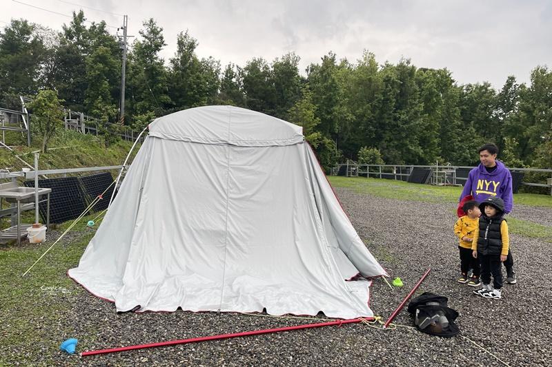 微笑灣農場|宜蘭夜景露營區!還有無邊泳池,免搭帳小木屋!懶人露營來這兒!